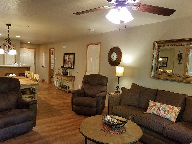 La sala tiene un sofá cama y 2 sillones reclinables Rocker, pantalla plana TV / VCR con películas.