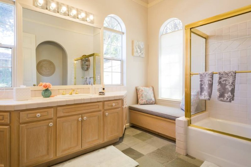 Large sunny bathroom, fully stocked for your arrival.