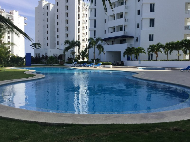 2 Bedroom with Panoramic Ocean and Largest North American Swimming Pool views, aluguéis de temporada em El Farallon del Chiru