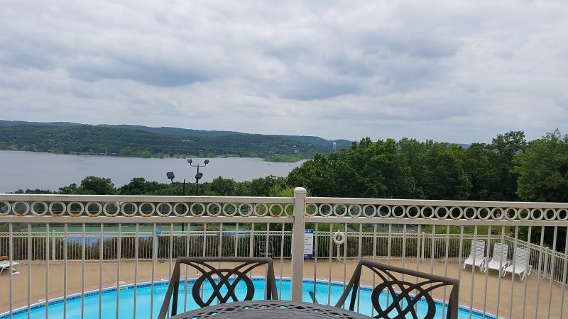 La piscina tiene una gran vista de Table Rock Lake.