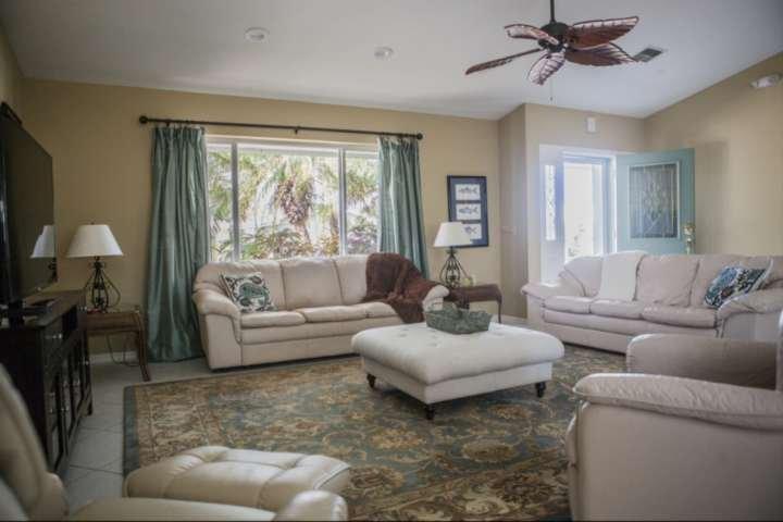 Krullen op het pluche woonkamer meubels en genieten van een film met de hele familie.