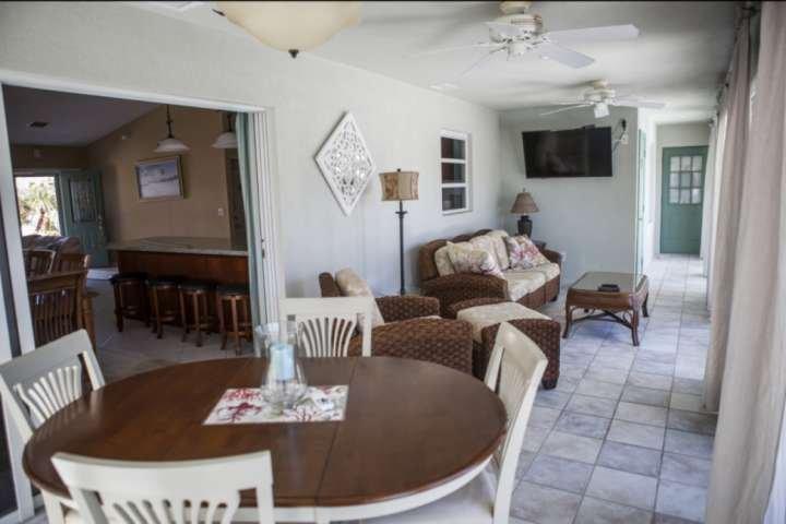 Familiekamer gelegen off van de formele eetruimte, met plaats voor maximaal 4 personen