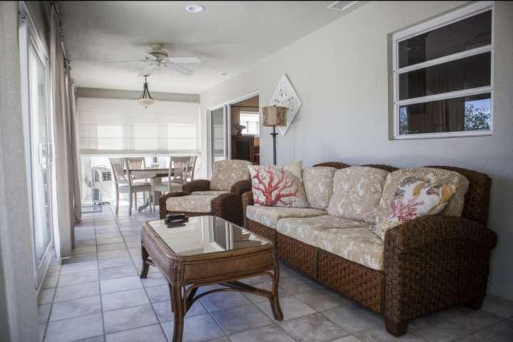 Extra leefruimte en zitplaatsen zijn voorzien in de woonkamer.