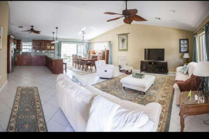 Open concept woonkamer met twee grote slaapbanken voor extra slaapplaatsen.