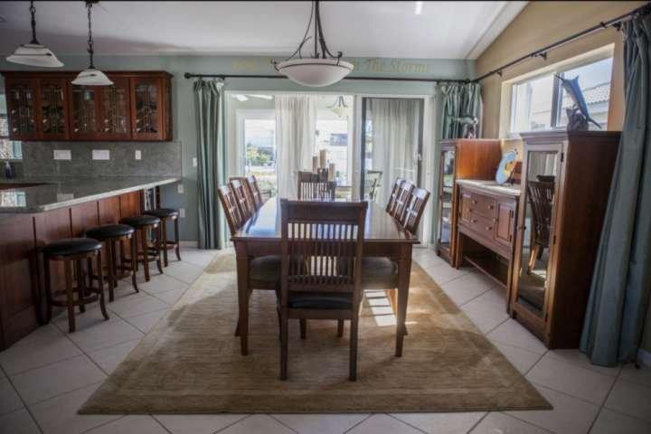 Ontbijt bar zitplaatsen voor maximaal 4 personen, en een grote formele eettafel met zitplaatsen voor maximaal 8 personen.