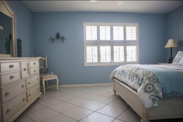 Koele kleuren en natuurlijke verlichting maken dit logeerkamer een oase van rust.