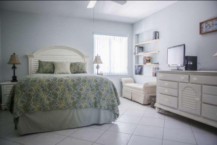 Gasten slaapkamer compleet met een queen size bed en een flatscreen TV.