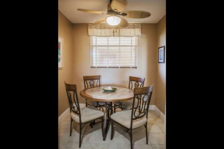 Desfrutar de uma refeição em família no elegante sala de jantar situa-se fora da cozinha.