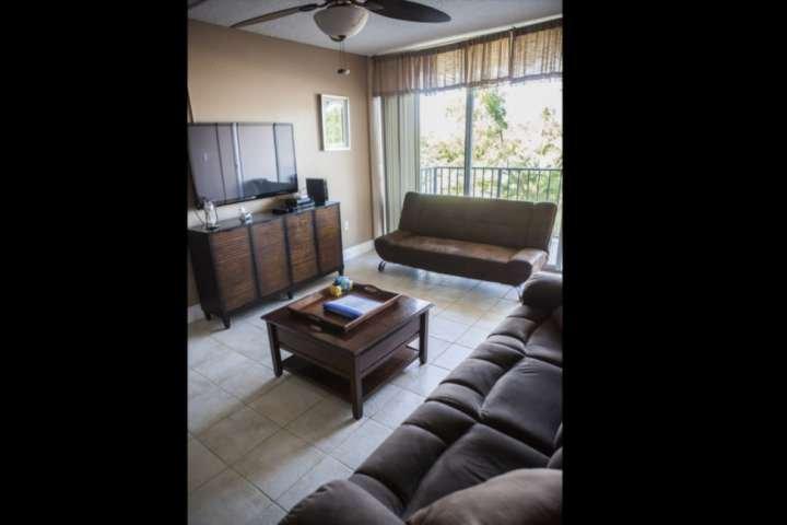Enroscar no sofá e desfrutar de um filme através da grande parede montada TV de tela plana completa com leitor de DVD.