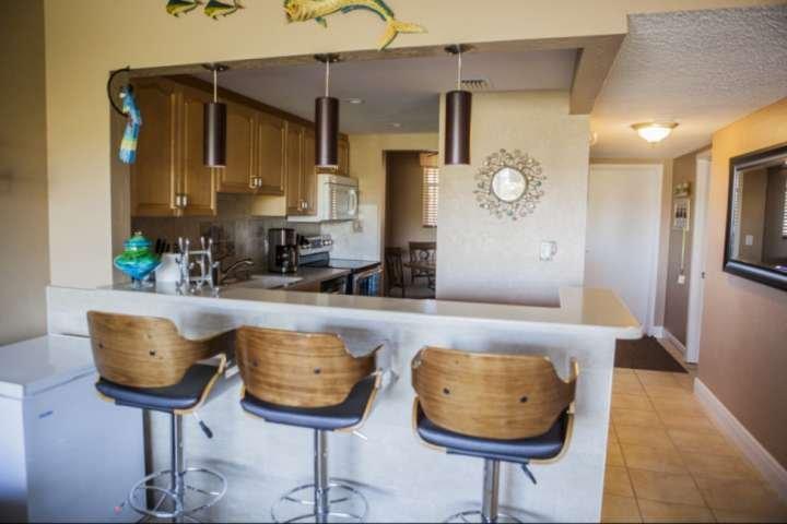 Entertaining é uma brisa com linhas de visão claras da sala para a cozinha.