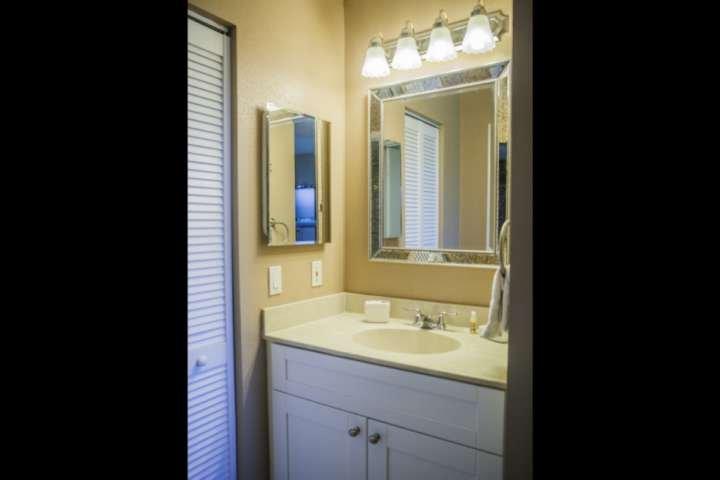Recentemente renovado casa de banho com novo dissipador de vaidade, completo com acabamentos elegantes.