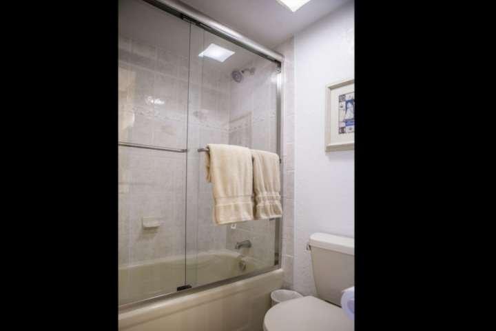 Casa de banho oferece uma combinação de chuveiro / banheira perfeito para viajar com crianças pequenas.