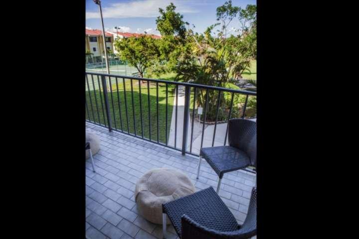 Aproveite seu café da manhã e do belo sol da Flórida para fora em sua varanda privada.