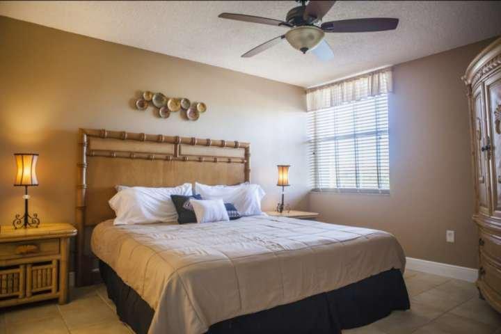 quarto principal tranquila, com novo colchão king size e casa de banho.