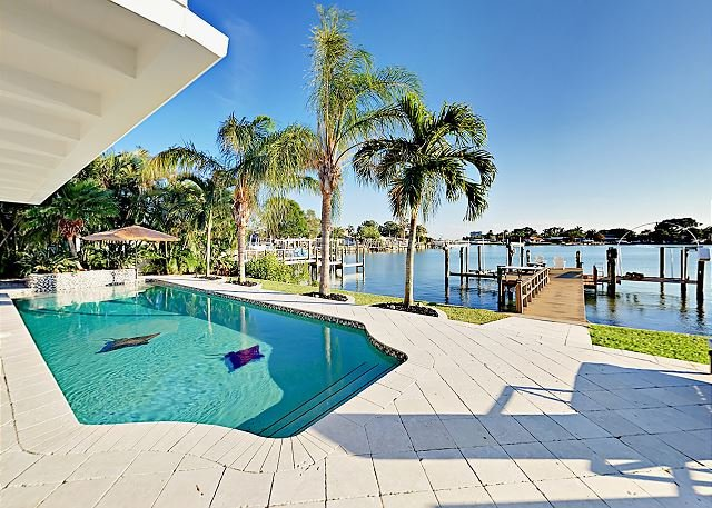 Waterfront Home with Private Pool, Patio & Dock with Boat Lift, location de vacances à South Pasadena