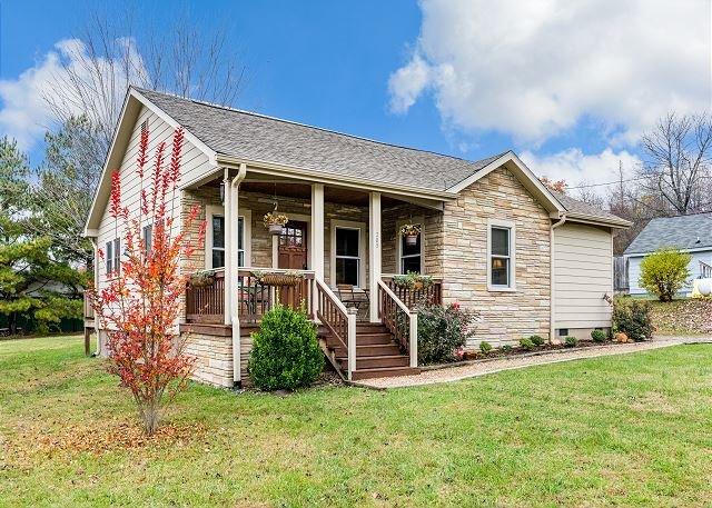 Craftsman Cottage w/ Private Deck - Minutes to Black Mountain & Asheville, alquiler de vacaciones en Ridgecrest