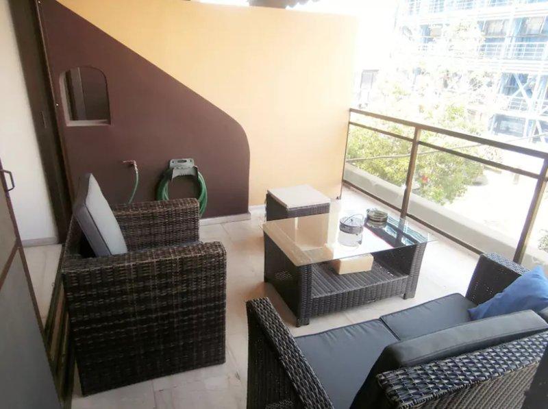 Spacious apartment near Peace&Frienship stadium!, location de vacances à Piraeus
