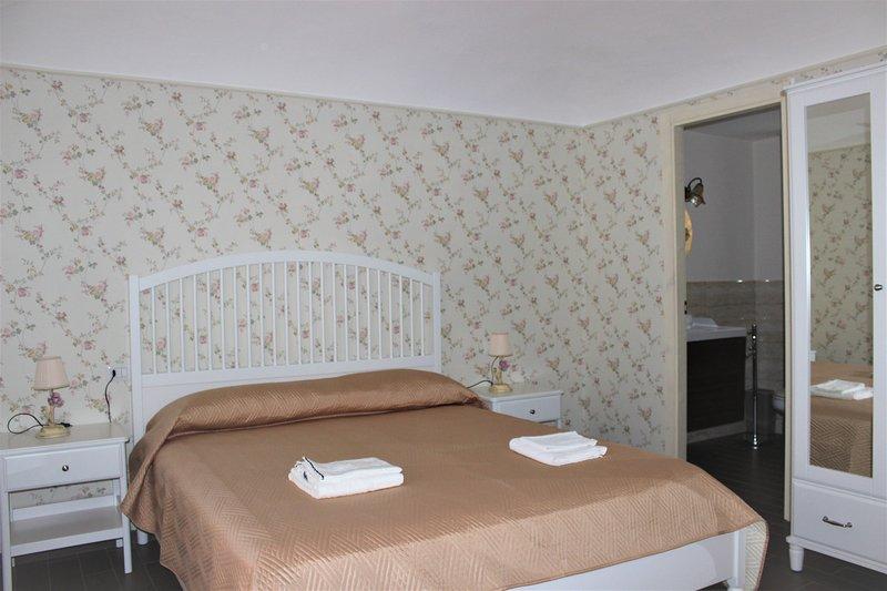 'Vicol'Otto Guest Room' camera matrimoniale con uso comune della cucina, alquiler vacacional en Fleri