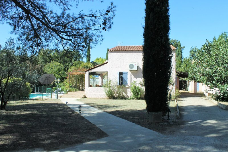 Villa with private swimming pool in Vaucluse, location de vacances à Villelaure