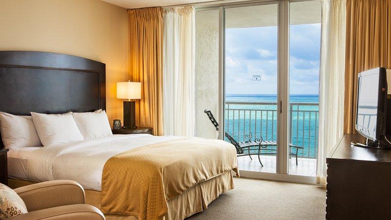 Dormitorio principal con cama King y vista al mar
