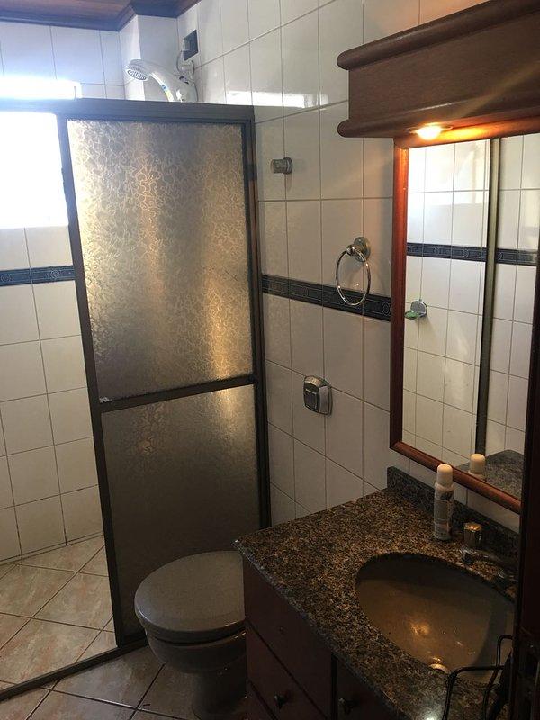 cuarto de baño, caja y el gabinete