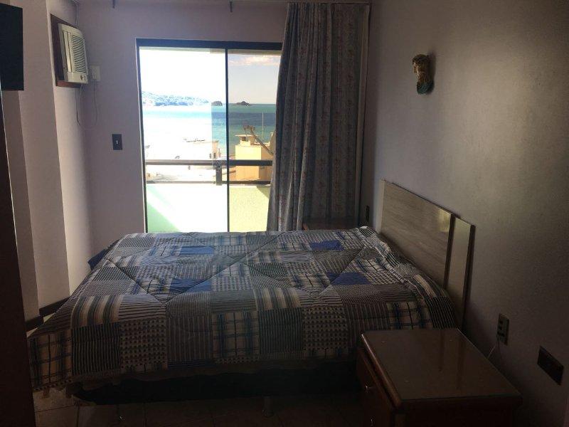 Baño, balcón y playa en el fondo, equipado con HD TV por cable, aire acondicionado y ventilador de techo
