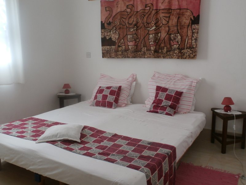 B & B Villa Calliandra pink room, holiday rental in Tujereng