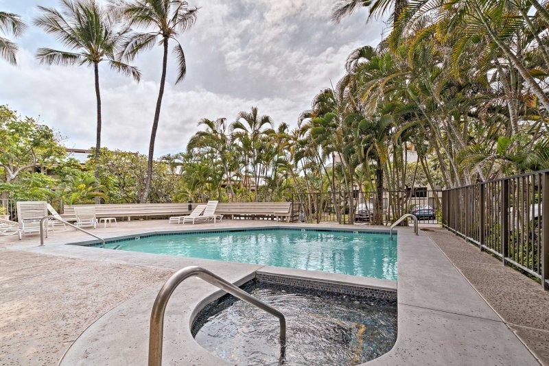 Geniet van het zwembad en jacuzzi met weelderige, tropische omgeving.