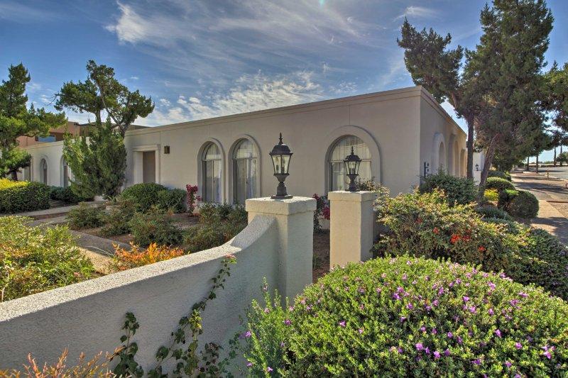 Deixe o seu stress derreter no sol do deserto quando você ficar neste 2 quartos, 1-banho townhouse aluguer de férias em Tucson.