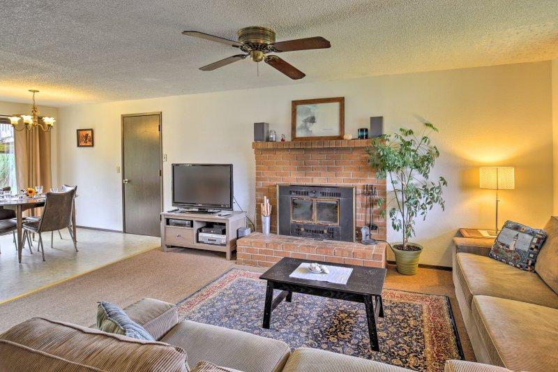 Ontspan met familie en vrienden in de woonkamer met een stenen open haard en een flatscreen-Smart satelliet-tv met Roku beschikt.