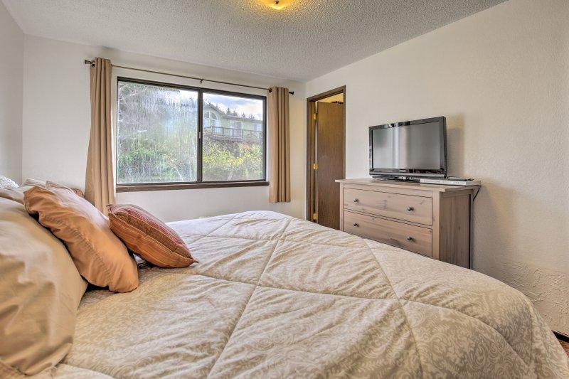 Bekijk een nieuwe film uit onder de dekens van deze kingsize matras in de slaapkamer!