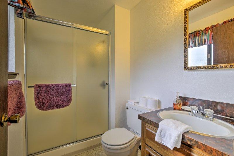 Opruimen in de tweede badkamer met een inloopdouche.