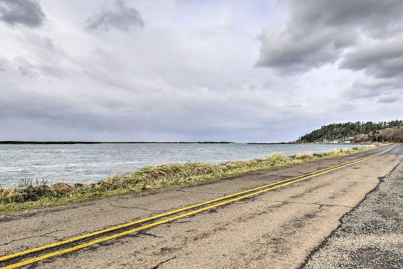 Cruise 15 minuten ten noorden langs de kust naar Cape Meares Lighthouse & Wildlife Refuge te bereiken - de thuisbasis van de grootste Sitka Spruce boom Orgeon's!
