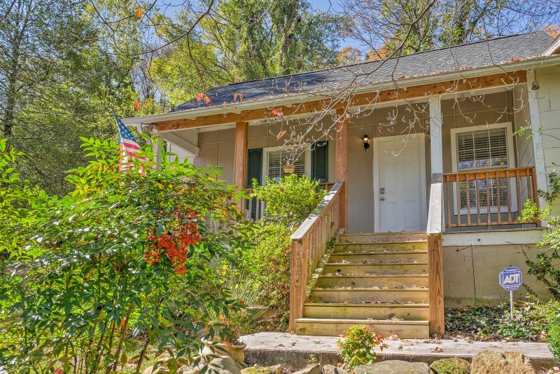 Suitable for up to 4 guests with an air mattress for 2 more, this charming home sits at the base of Lookout Mountain along the Guild Trail.