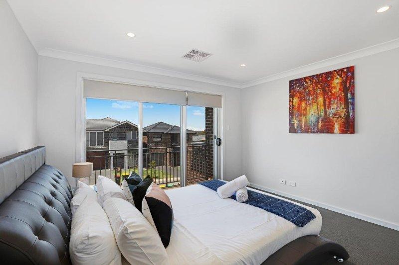 Master slaapkamer met queen bed, een eigen badkamer en een eigen balkon