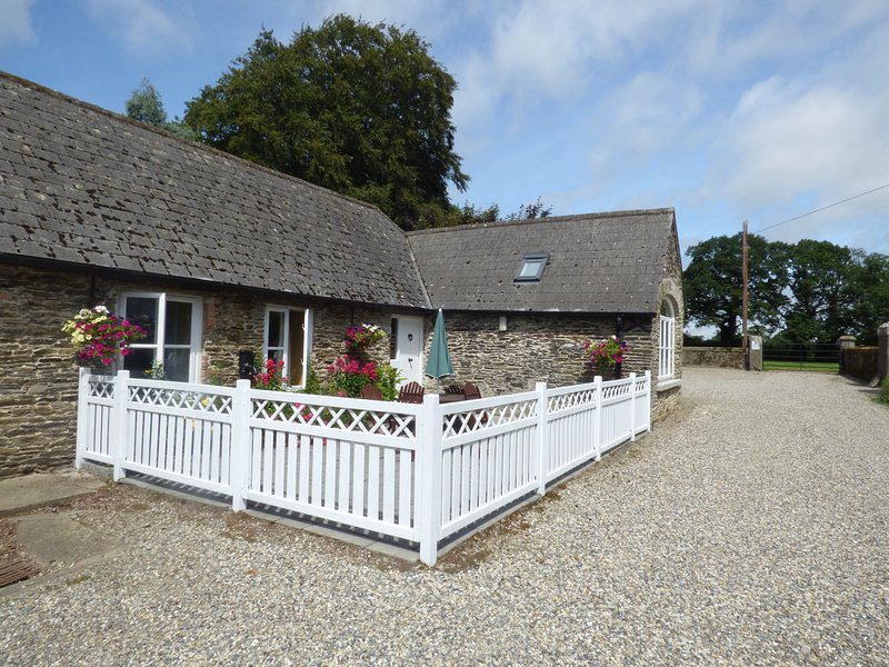 ROSEMOUNT COACH HOUSE, multi-fuel stove, great family cottage, ground floor, vacation rental in Enniscorthy