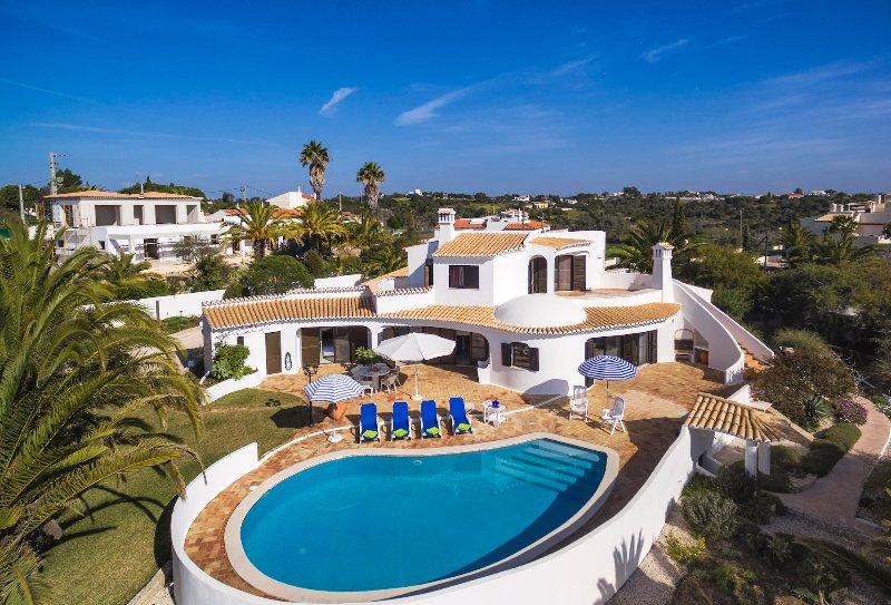 Villa Jasmin - walking distance to the beach, just 350 mtrs (Praia da Marinha), holiday rental in Benagil