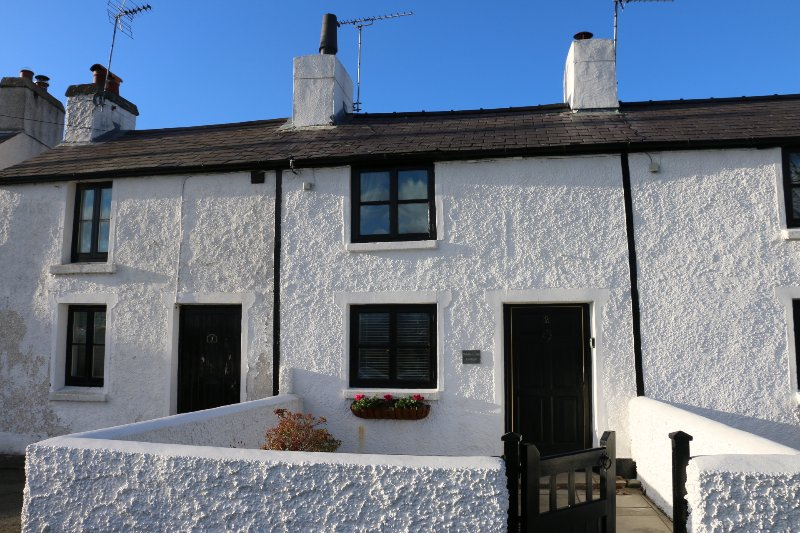 White Lilac Welsh Cottage, Traditional Comfort, Log fire, Mountain Views, holiday rental in Brynsiencyn