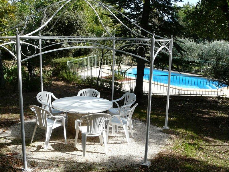 LS2-2 OULIVE, Provençal house in a green place, in Cabrières d'Avignon, aluguéis de temporada em Cabrieres-d'Avignon