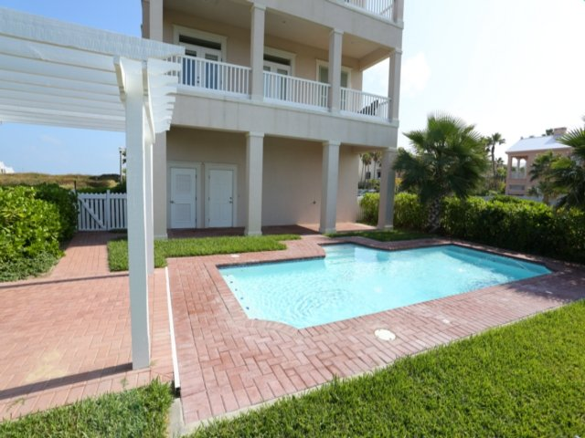 3 Bedroom house with Private Pool Within The Shores