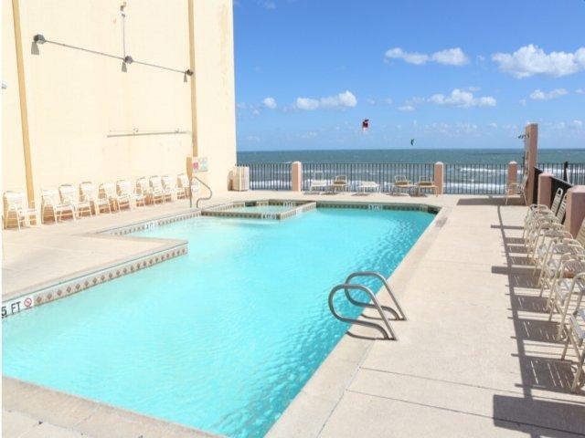 Piscina e banheira de hidromassagem com vista para o mar