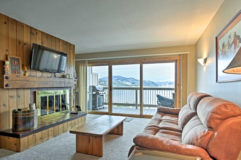 Scenic Dillon Condo w/ Hot Tub & Mountain Views!, vacation rental in Dillon