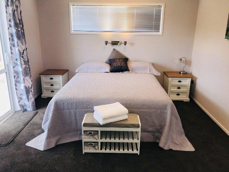 Amplio dormitorio con una cama cómoda extragrande.