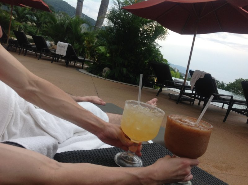 Há bebidas completo e serviço de comida em todas as piscinas e restaurantes no resort