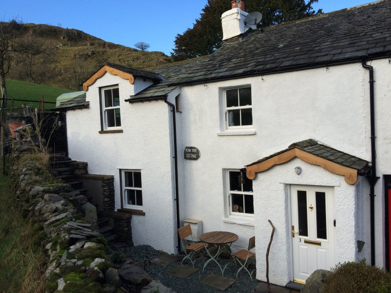 CHARACTERFUL LAKE DISTRICT COTTAGE SKY-TV-FREEWIFI LOG FIRES, LOVELY  SETTING. – semesterbostad i Kendal