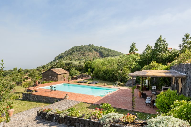 Il Palmento, panoramic villa and dépendance with swimming pool, holiday rental in Trecastagni