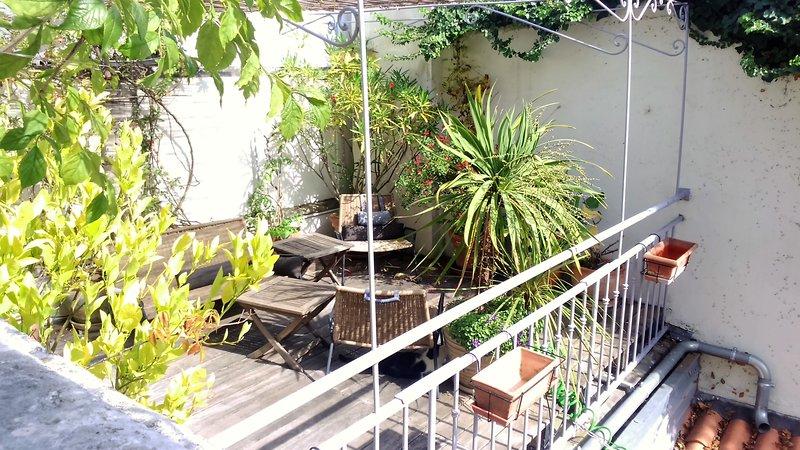 terraza compartida, posado sobre un tejado, que ofrece sol y la tranquilidad