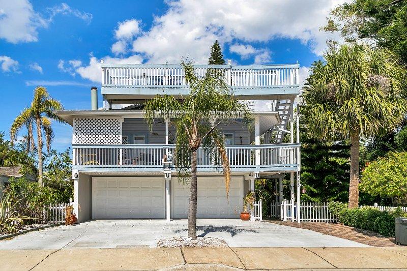 5 Star Beach House! Sleeps 12 - Bikes, Elevator!, holiday rental in Redington Beach