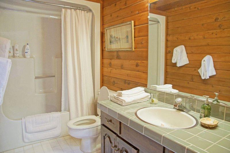 Baño completo compartido por habitaciones 3 y 4