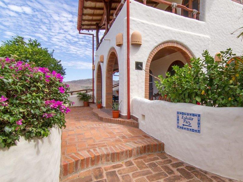 Impressive Studio with Access to 2 Infinity Pools, Sleeps 4, alquiler de vacaciones en Escamequita